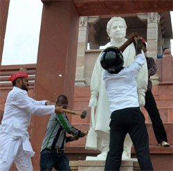 New statue of Mayawati installed