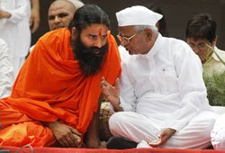 Crowds swell as Ramdev comes to Team Anna's fast site