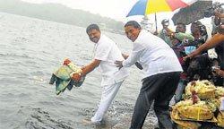 Minister offers baagina to Harangi reservoir