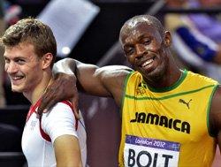 Bolt breezes into 200m final