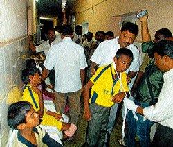 31 school students hurt in Periyapatna mishap