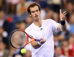 Murray rolls into Open last eight, Federer walks in