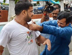 Scuffle between IAC supporters and Cong men at Scindia's PC