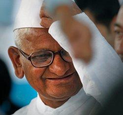Anna Hazare holds meeting in Delhi
