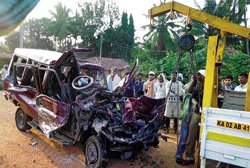 4 killed in lorry-SUV collision