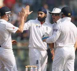 England push India to brink