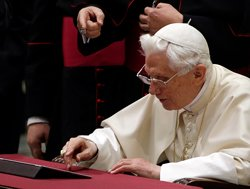 Pope blesses Internet flock with first Twitter message