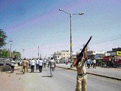 Mob attacks Sindhagi cops, caned