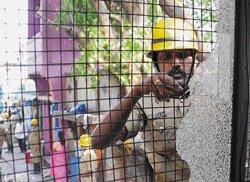 Warring groups block firemen's way