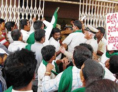 Protesting farmers, police scuffle over power supply