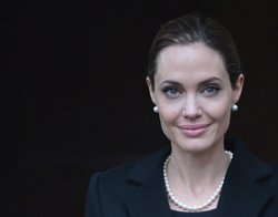 Jolie orders chicken korma, tikka for Pitt