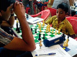 Chess competition, favourites have it easy on day two