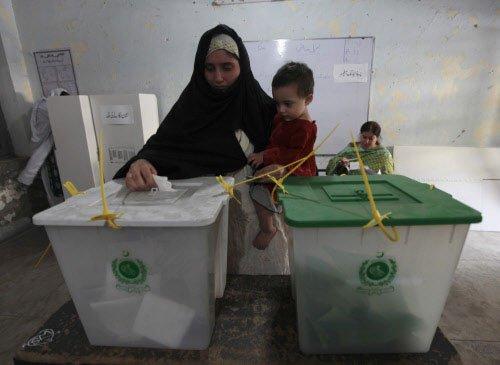 Pakistanis vote despite Taliban, blasts