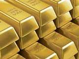 Gold falls on stockist selloff