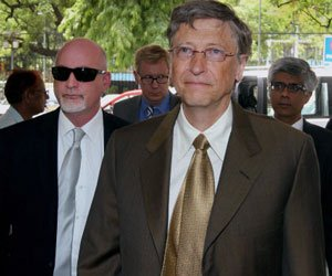 Scuffle between Bill Gates' security staff and mediapersons