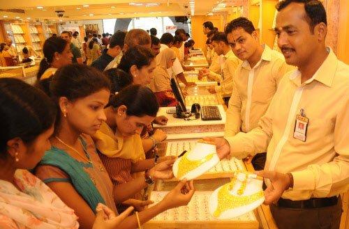 Gold sinks below Rs 27k mark on stockist selling, global cues