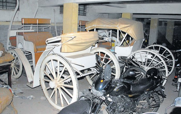 Chariots gather dust, as tongawallas wait