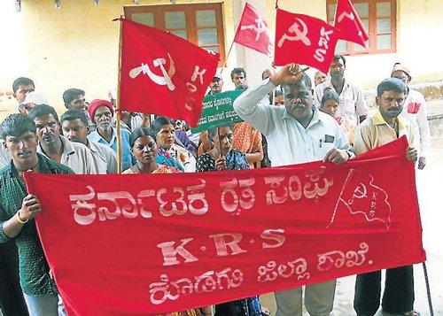 Raitha Sangha stages protest