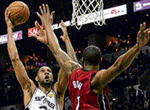 Spurs take lead with stunning win
