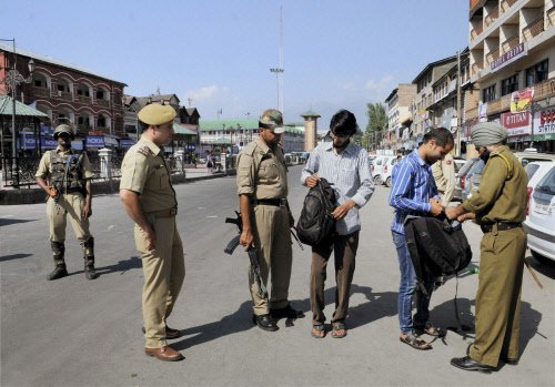 Militants kill 2 cops ahead of PM's visit