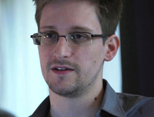 Snowden 'stuck' at Moscow airport but Russia rejects handover