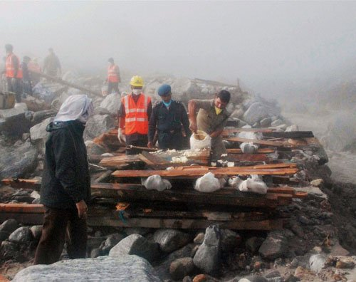 Rains prevent rescuers from extricating bodies from rubble