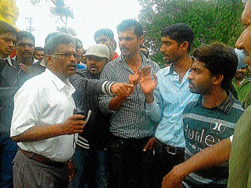 Tourists stage protest demanding entry into Harangi reservoir