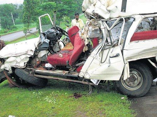 Tempo Trax crashes into stationary lorry; 4 killed