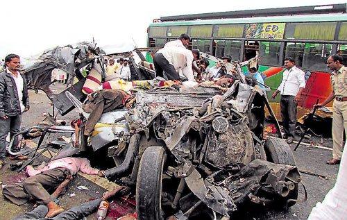 18 die as van collides with bus in Bijapur