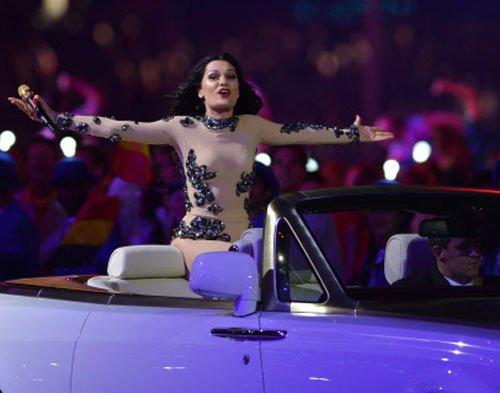 Jessie J shows off underwear