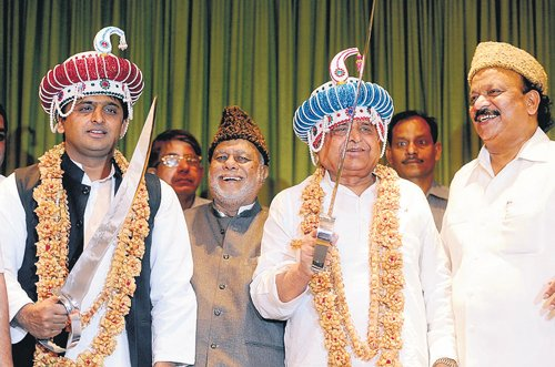 Mulayam, Akhilesh set their eyes on Karnataka