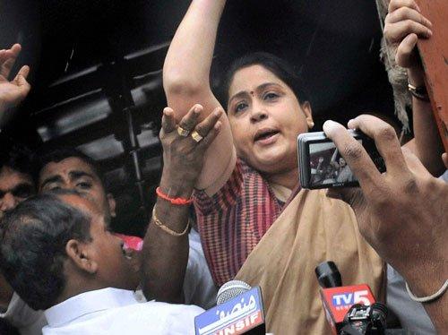 Vijayashanti suspended for praising Sonia Gandhi