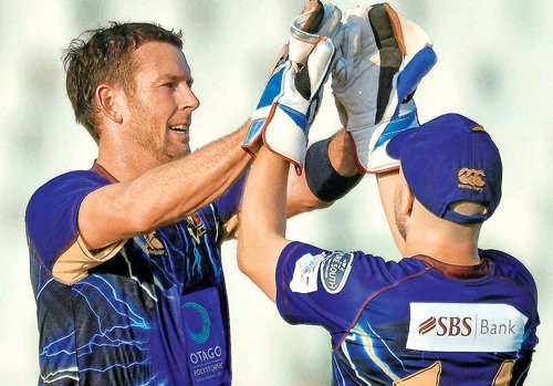 Doeschate sparkles as Volts power past Maroons