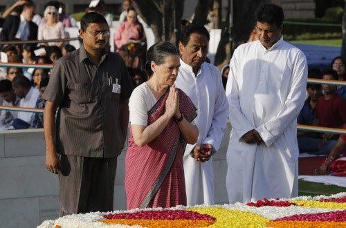 PM, Sonia pay tribute to Mahatma Gandhi