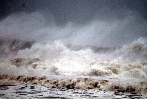 Fierce Phailin hits Odisha, AP coasts