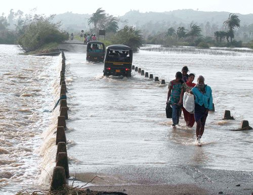 Phailin hits 90 lakh people; 23 dead, lakhs of homes damaged