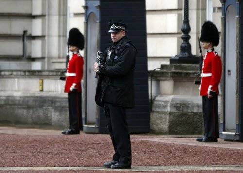 Man tries to enter Queen's residence with knife, held