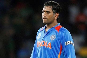 Dhoni blasts non-performing bowlers, says can't be ''spoonfed''