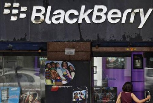 BlackBerry resumes BBM rollout for rival phones