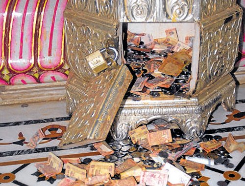 4 guards held for temple heist