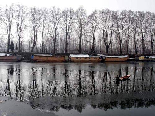 Parts of Dal Lake freeze, Srinagar experiences coldest night