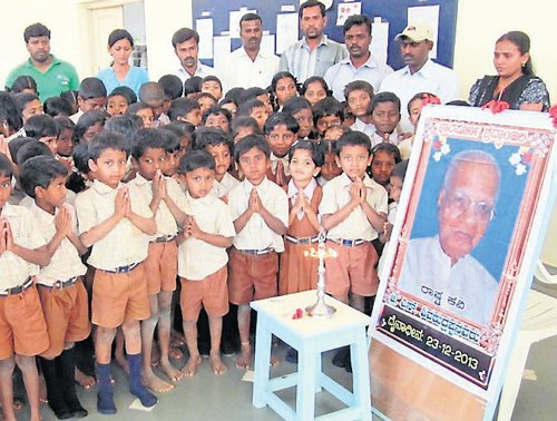 Deenabandhu engulfed in silence; students pay homage