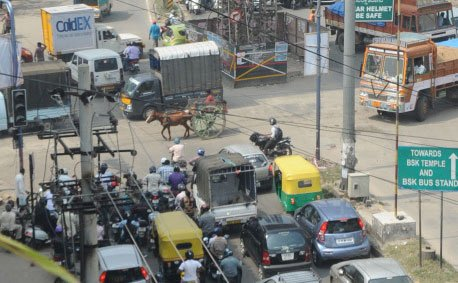 UP top babu's wife stuck in traffic, 4 cops suspended