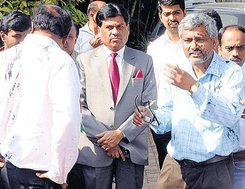 Kannada activists throw ink on CFTRI director