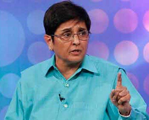 Kiran Bedi flays Kejriwal over janta darbar