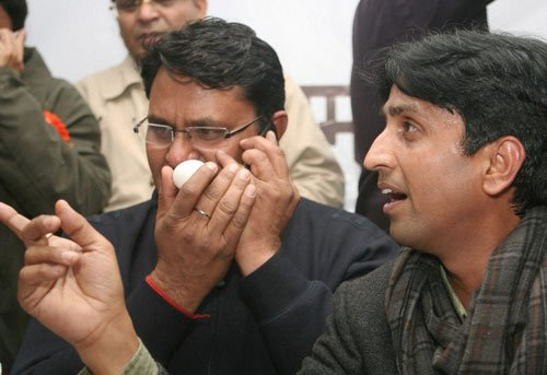 Egg thrown at Kumar Vishwas, attacker held