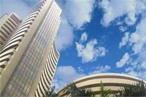 Sensex gains 376 points, IT stocks gain