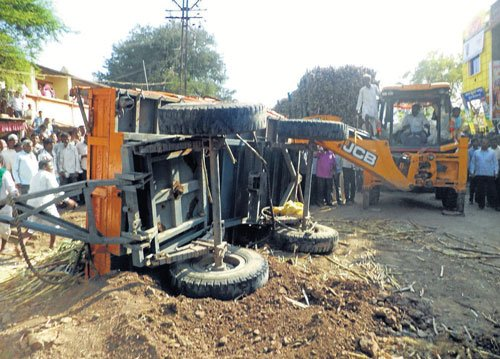 9 crushed under cane-laden tractor