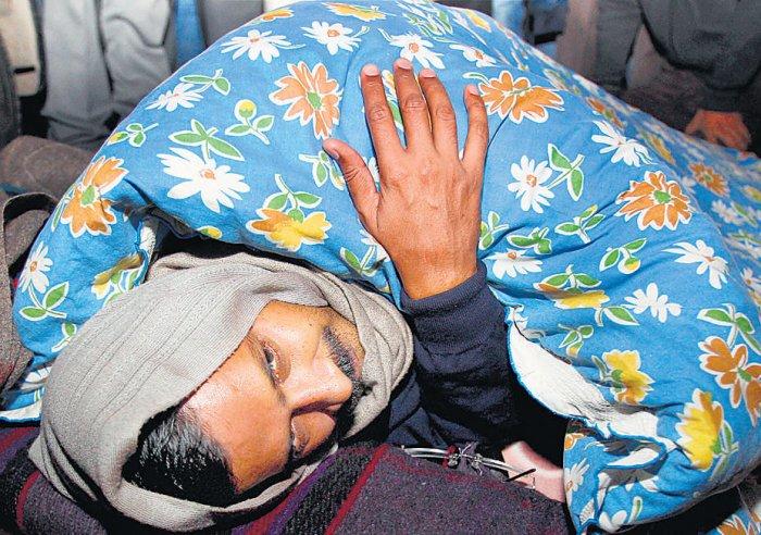 Kejriwal defies ban, protests against cops