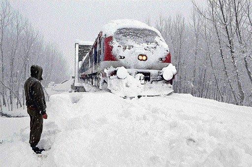 Heavy snowfall cripples Kashmir
